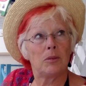 Photographie de portrait d'Aline Pontailler en couleur.