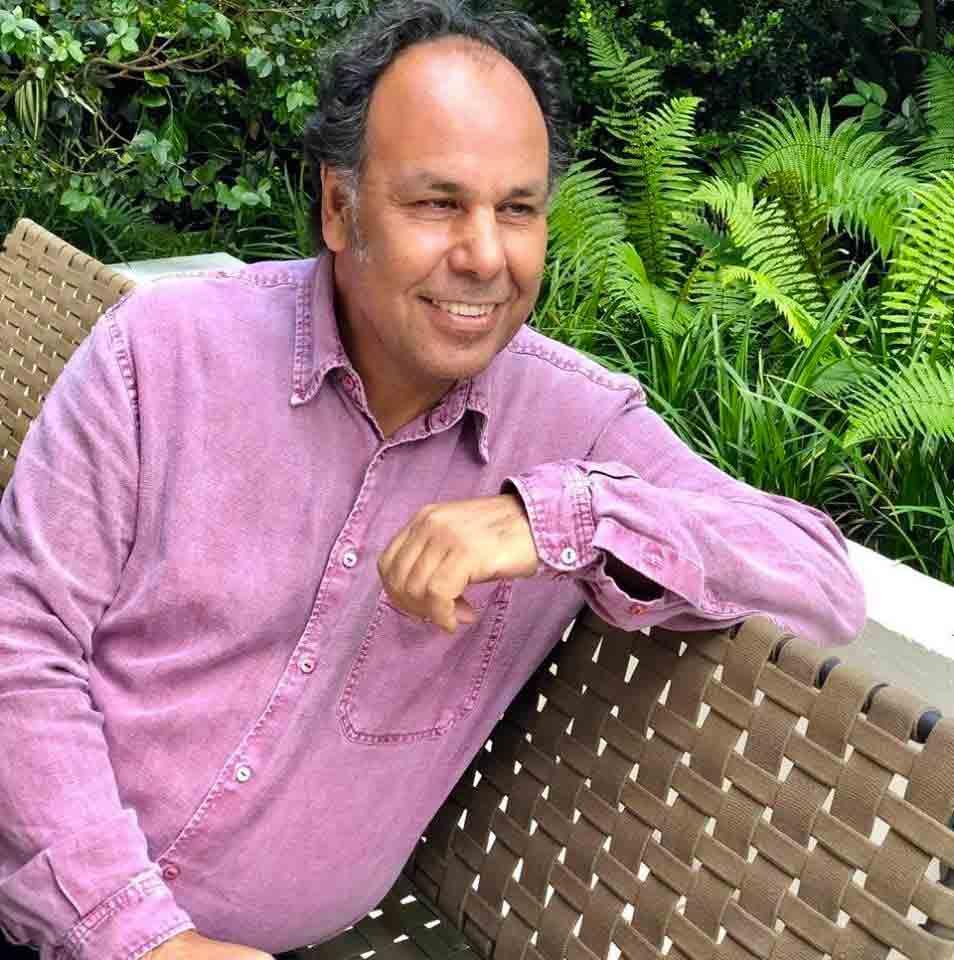 Photographie de portrait de l'auteur le Dr. Salomon Sellam en couleur..